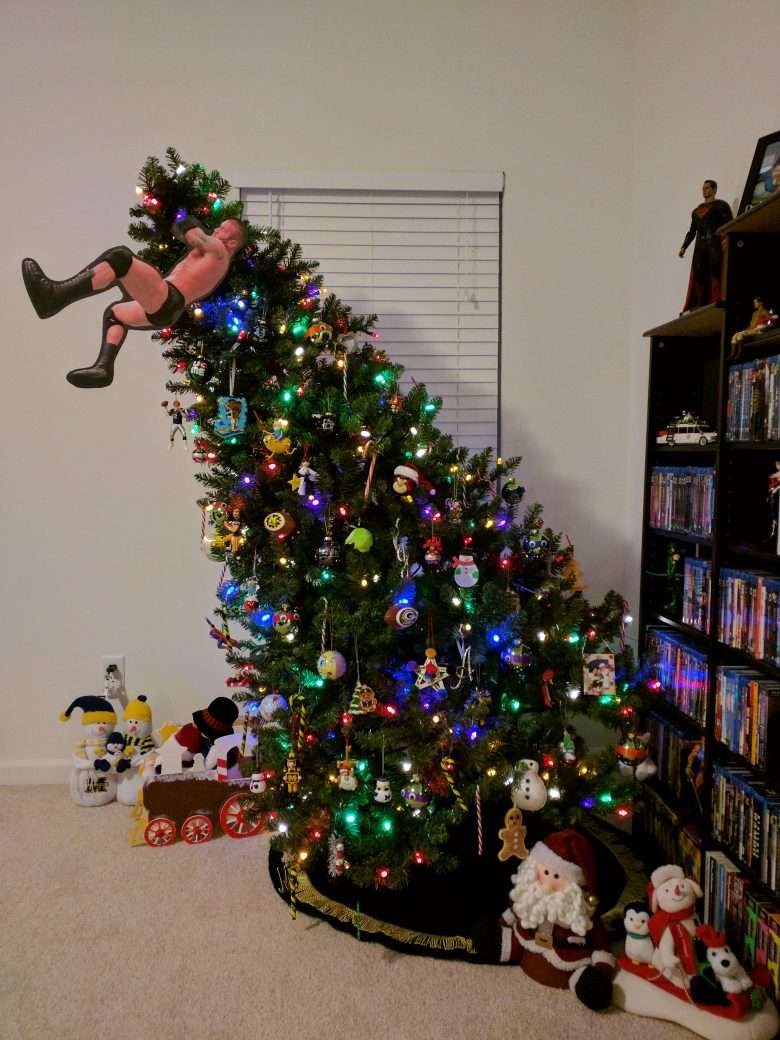 【クリスマスツリーおもしろ画像】クリスマスツリーにプロレス技を掛けようとする飾り(笑)