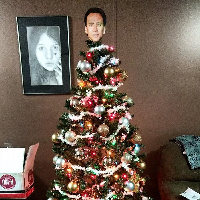 【クリスマスツリーおもしろ画像】クリスマスツリーのツリートッパーがニコラスケイジ(笑)