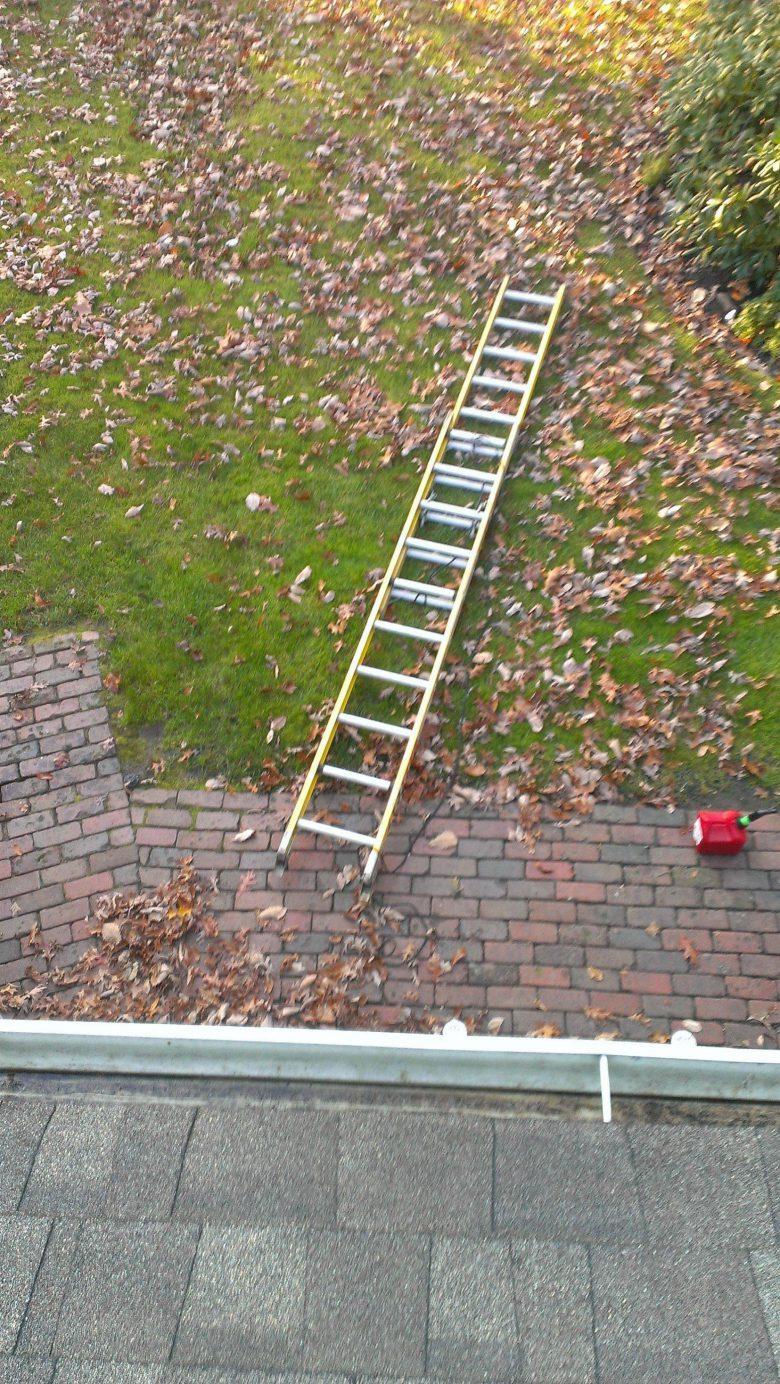 【クリスマスおもしろ画像】屋根にクリスマスイルミネーションを付けていた時に起きた悲劇(笑)