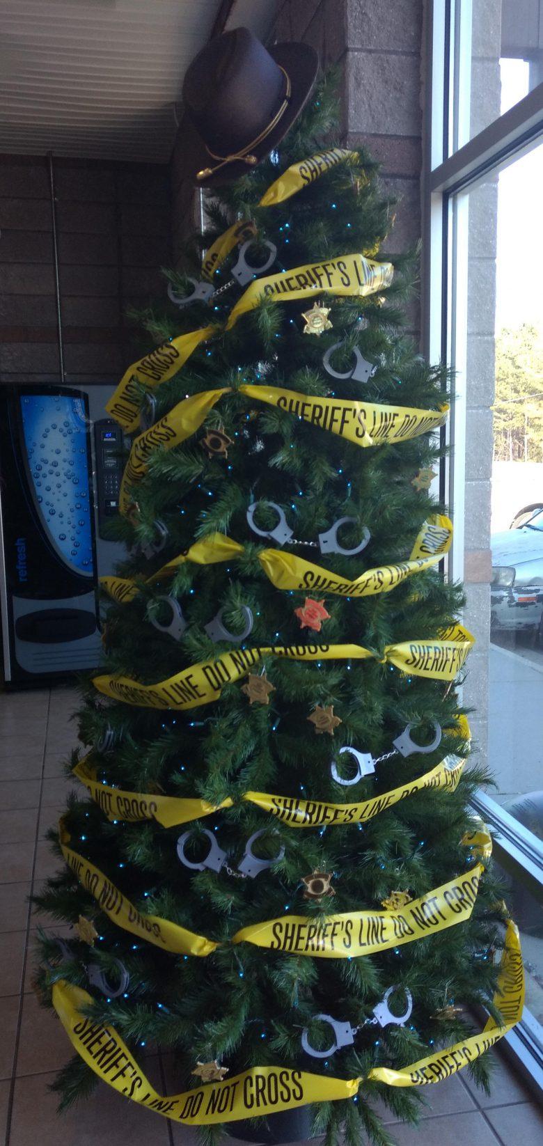 【クリスマスツリーおもしろ画像】発想がユニークな保安官事務所のクリスマスツリー(笑)