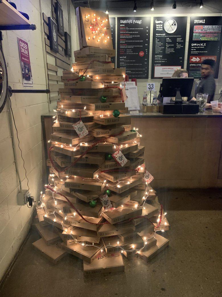 【クリスマスツリーおもしろ画像】ピザ屋のクリスマスツリーが意外といい感じ(笑)