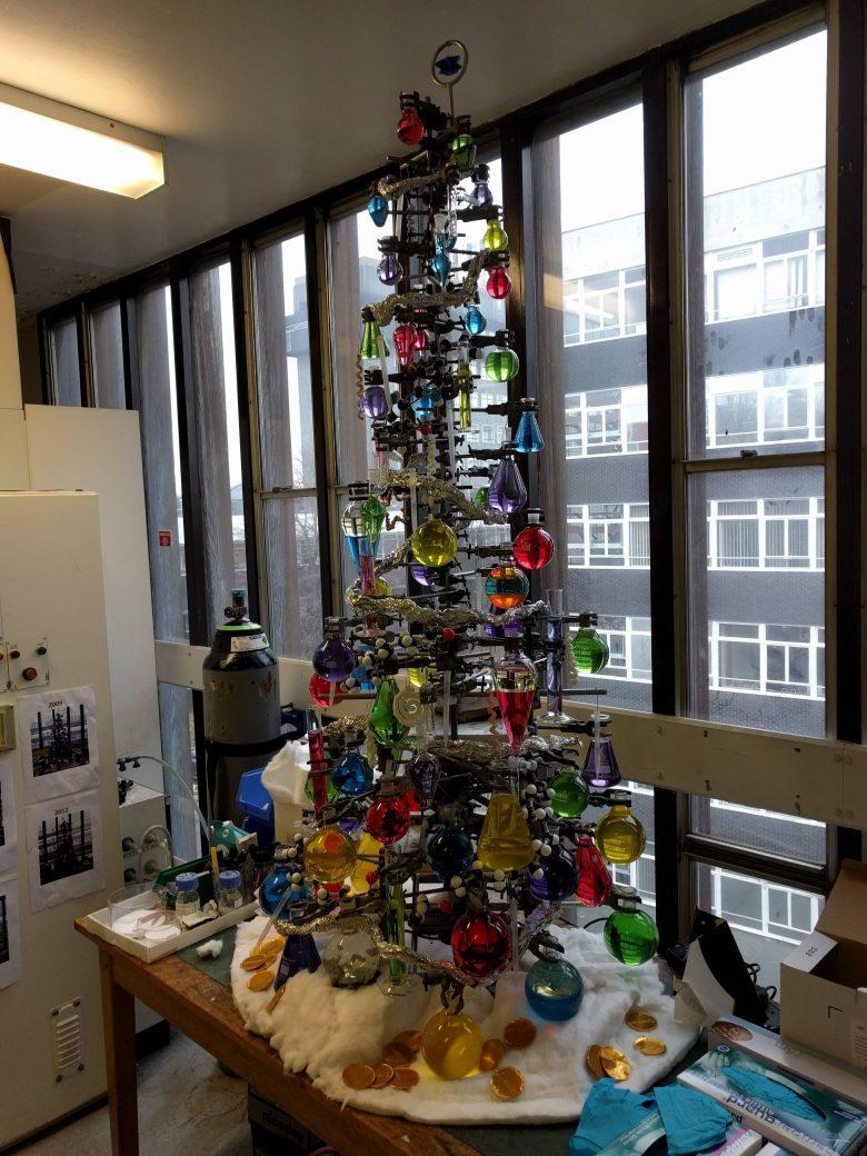 【クリスマスツリーおもしろ画像】研究室のビーカーやフラスコで作ったクリスマスツリー(笑)