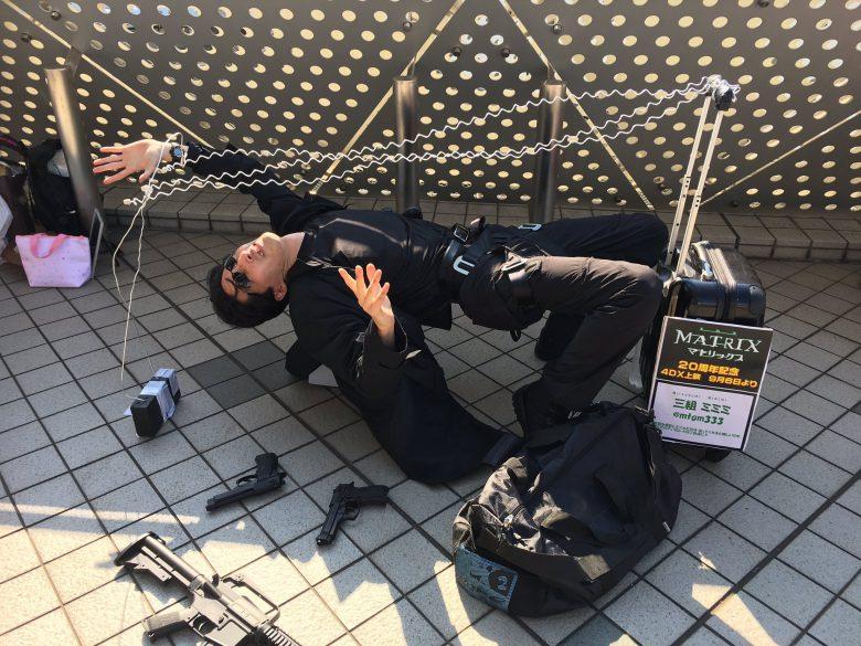 【コミケおもしろコスプレ画像】2019夏コミで『マトリックス』の有名シーンの再現コスプレ(笑)
