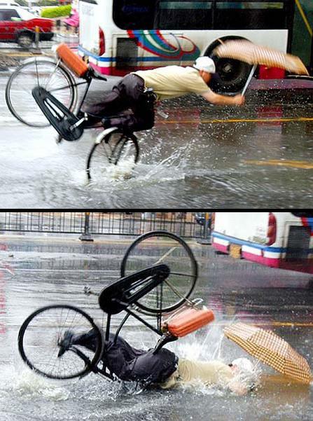 【自転車おもしろ画像】自転車で傘を差しながら危険運転する人の末路(笑)