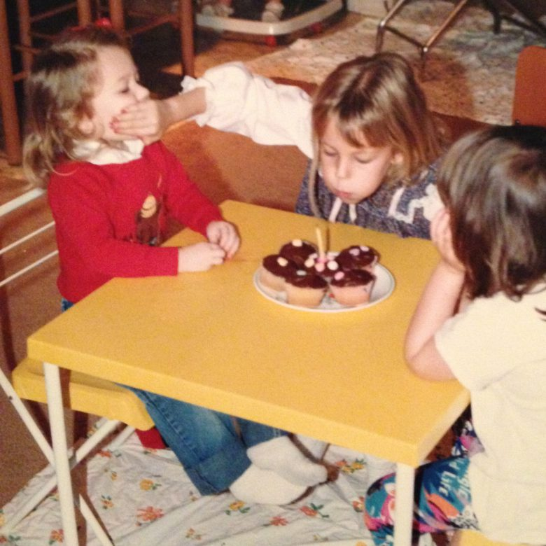 【子どもと誕生日おもしろ画像】誕生日ケーキの火を消されないように妹の口を塞ぐ姉(笑)