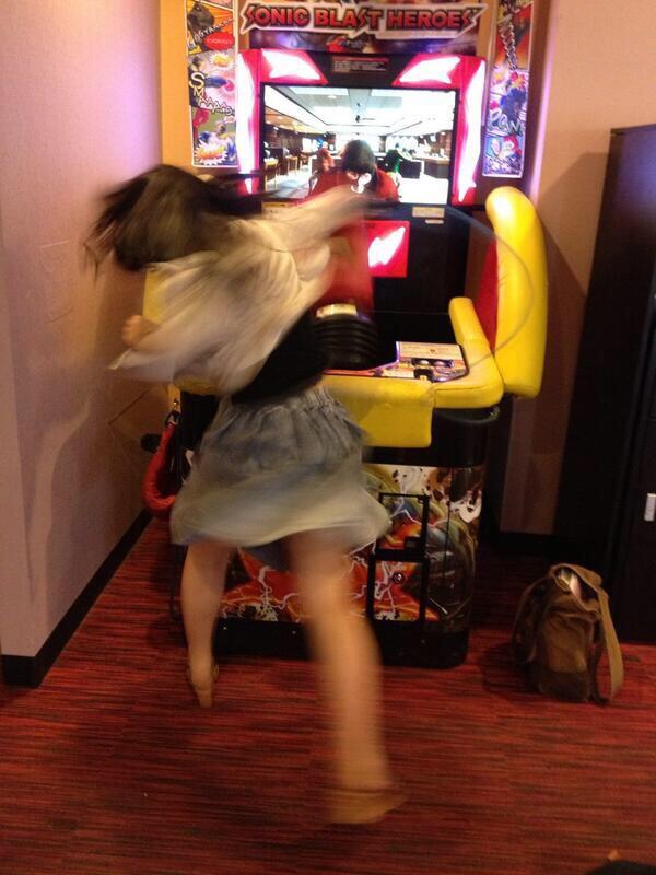 全力でパンチングマシーンにパンチする女子の躍動感がすごい(笑)