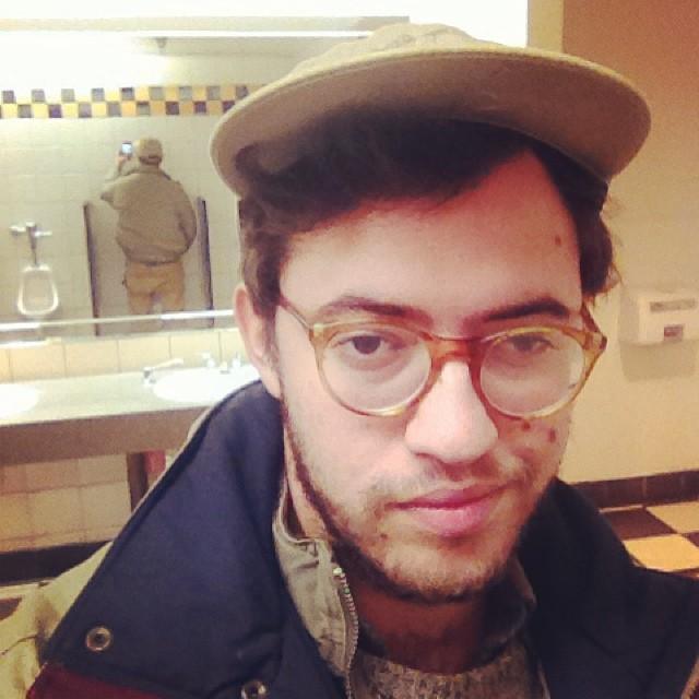 【自撮りおもしろ画像】トイレで鏡に反射してることに気付かない自撮り男性(笑)