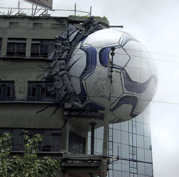 ビルにサッカーボールがめり込んだNike Footballのアイデア広告(笑)