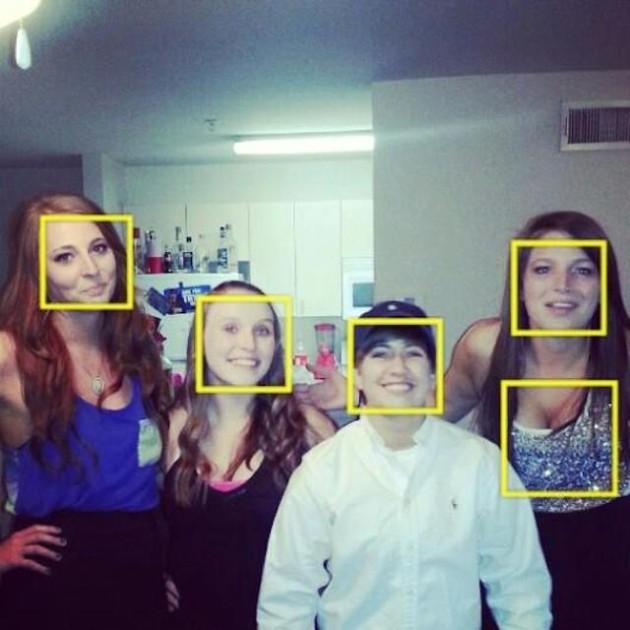 顔じゃないところを顔と認識するカメラ(笑)