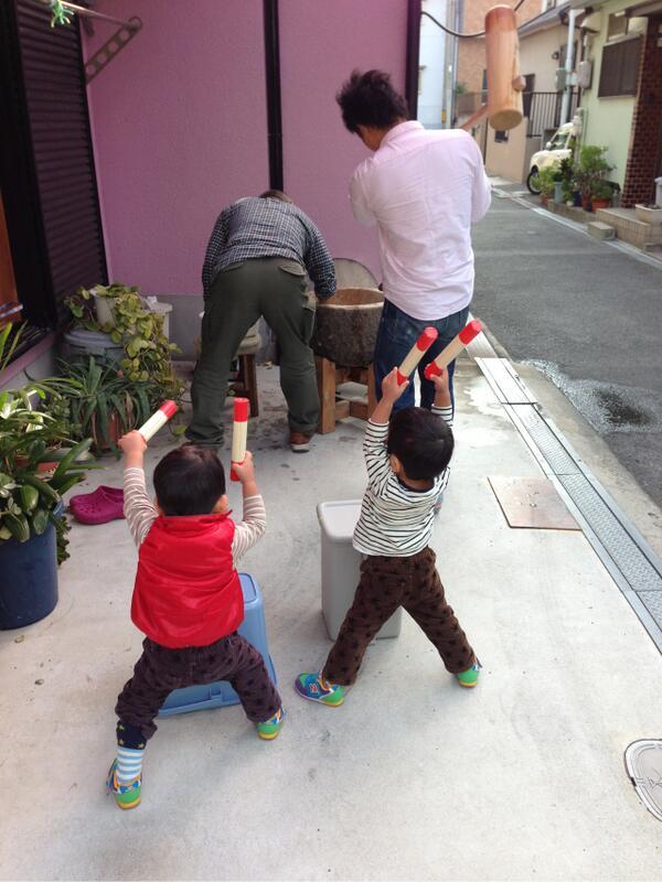 【子どもおもしろ画像】餅つきの後ろで太鼓で応援する子どもたち(笑)