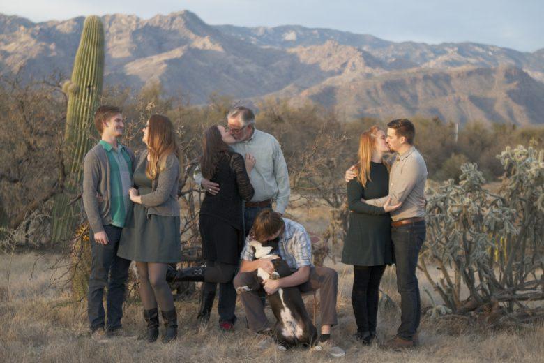 【カップルおもしろ画像】みんなカップル同士の中、一人だけ違うカップル(笑)
