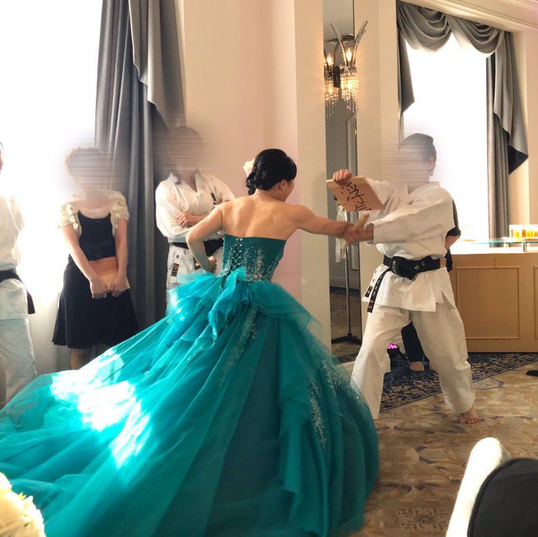 【結婚式おもしろ画像】結婚式で「浮気」と書かれた板を花嫁が空手で割るパフォーマンス(笑)