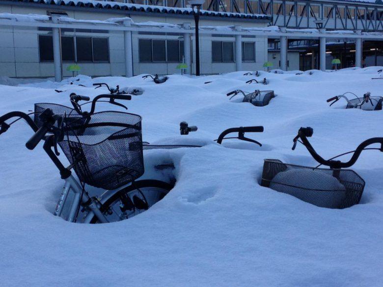 【雪と自転車おもしろ画像】JR青森駅で放置自転車を埋める雪(笑)