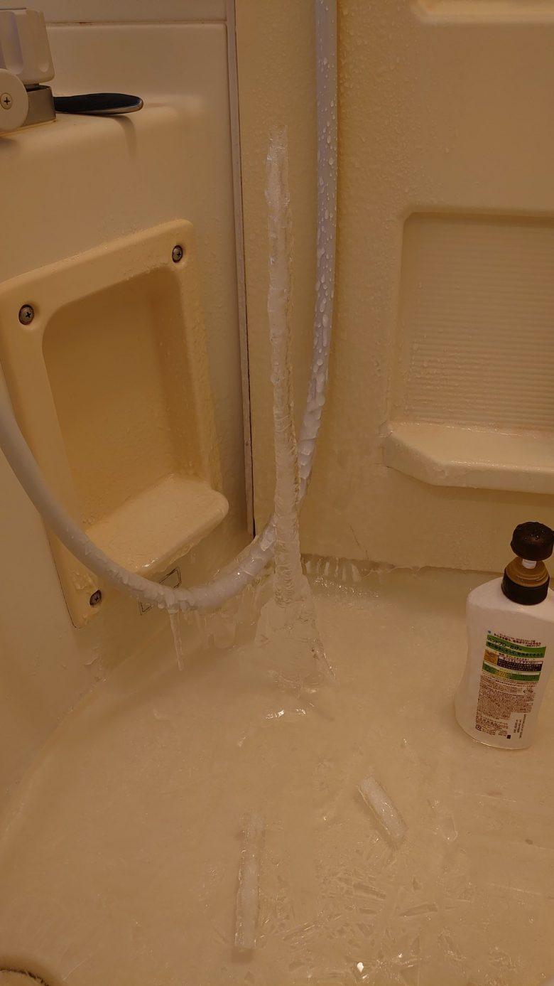 【氷柱おもしろ画像】浴室にできた氷柱にびっくり(笑)