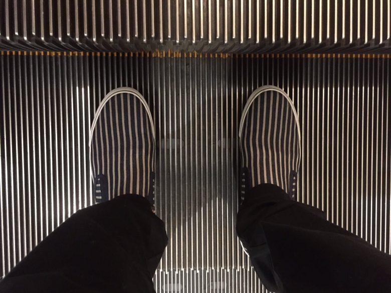 【靴おもしろ画像】エスカレーターと同化する靴(笑)