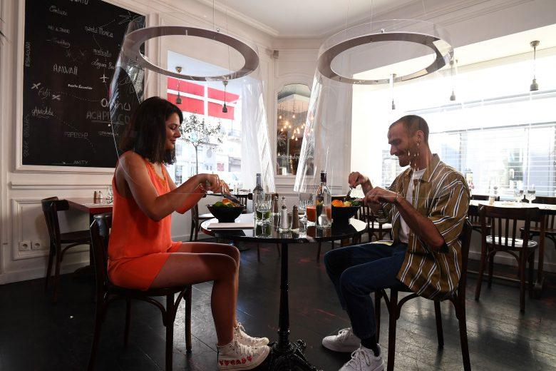 【レストランのコロナ感染防止対策おもしろ画像】透明なシールドで安心して食事が楽しめるレストラン(笑)