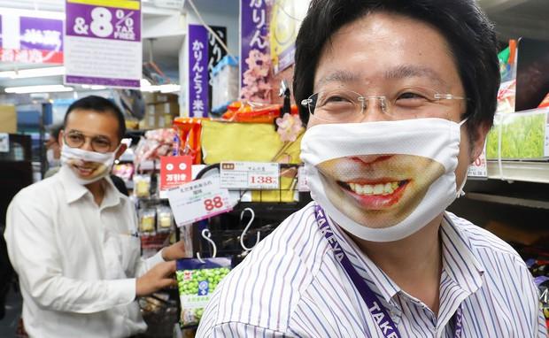 笑顔の口元がプリントされた多慶屋の「スマイルマスク」(笑)