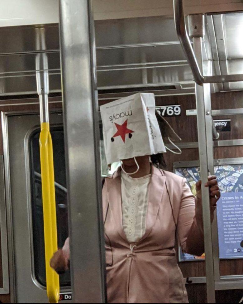 【コロナマスクおもしろ画像】コロナ感染防止のため、マスクを紙袋で代用する人(笑)