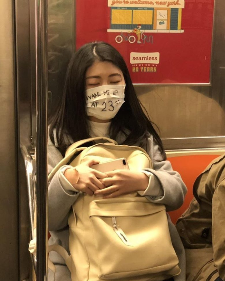 【コロナマスクおもしろ画像】マスクに起こしてほしい駅名を書いて寝る人(笑)