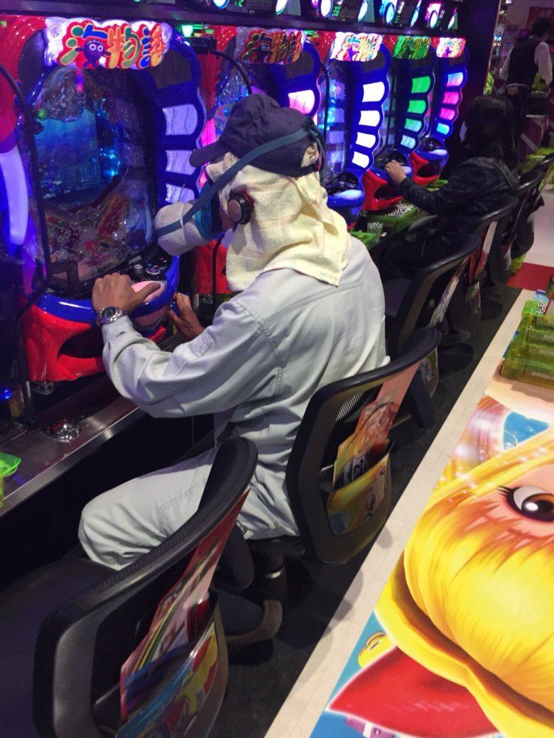 【コロナマスクおもしろ画像】ガスマスクをしてパチンコを打つ人(笑)