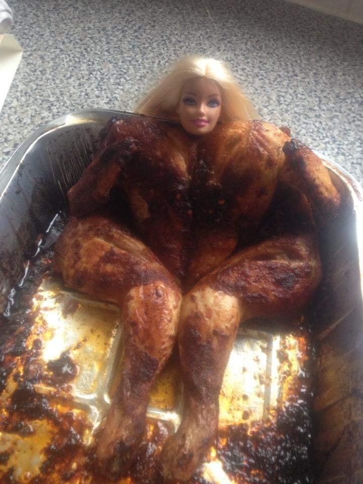 【料理おもしろ画像】チキンみたいにムッキムキのバービー(笑)