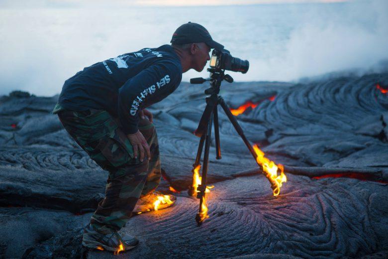 溶岩の上で撮影するプロカメラマン(笑)