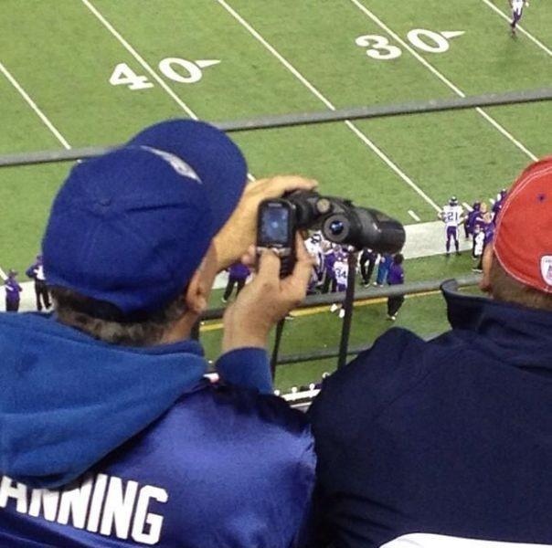 双眼鏡と携帯でアメフトを撮影しようとする人(笑)