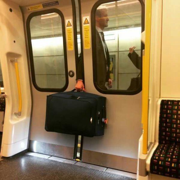 【海外の電車おもしろ画像】電車のドアに大きなカバンが挟まって動けない人(笑)