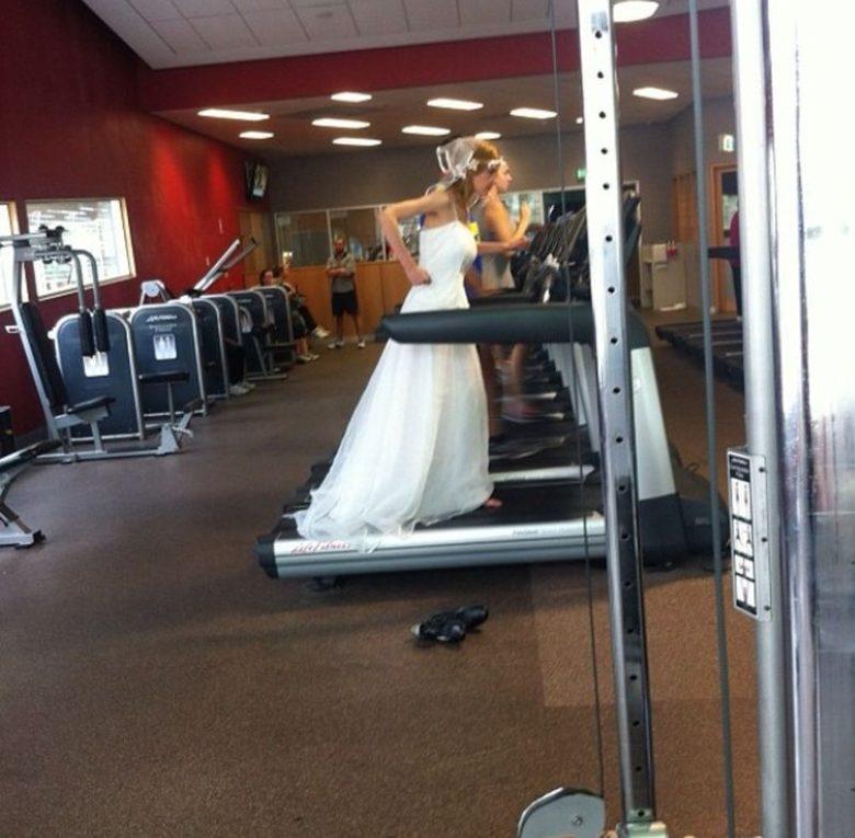 【花嫁おもしろ画像】ウェディングドレス姿でランニングマシンを使う花嫁(笑)