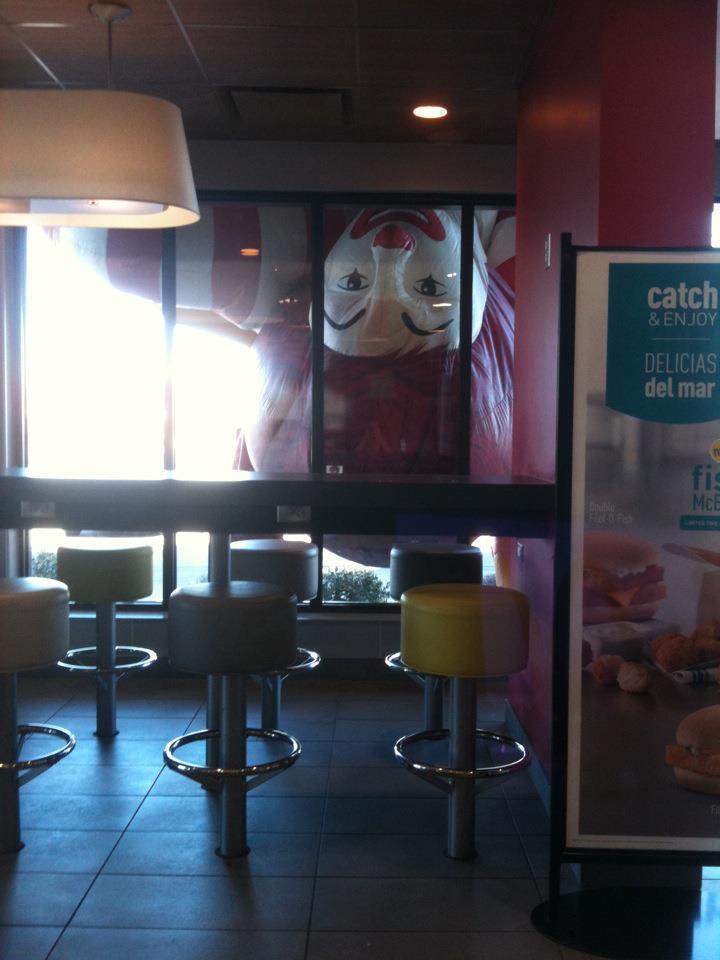 マクドナルドのドナルドバルーンが倒れて店内がホラー(笑)