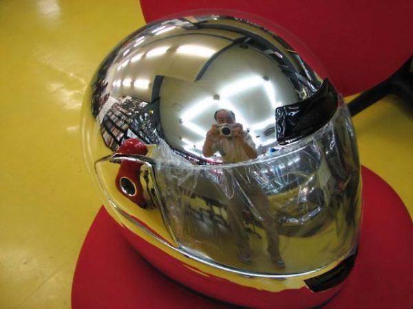 【反射写り込みおもしろ画像】ヘルメットを撮影しようとして写り込んでしまった男性(笑)