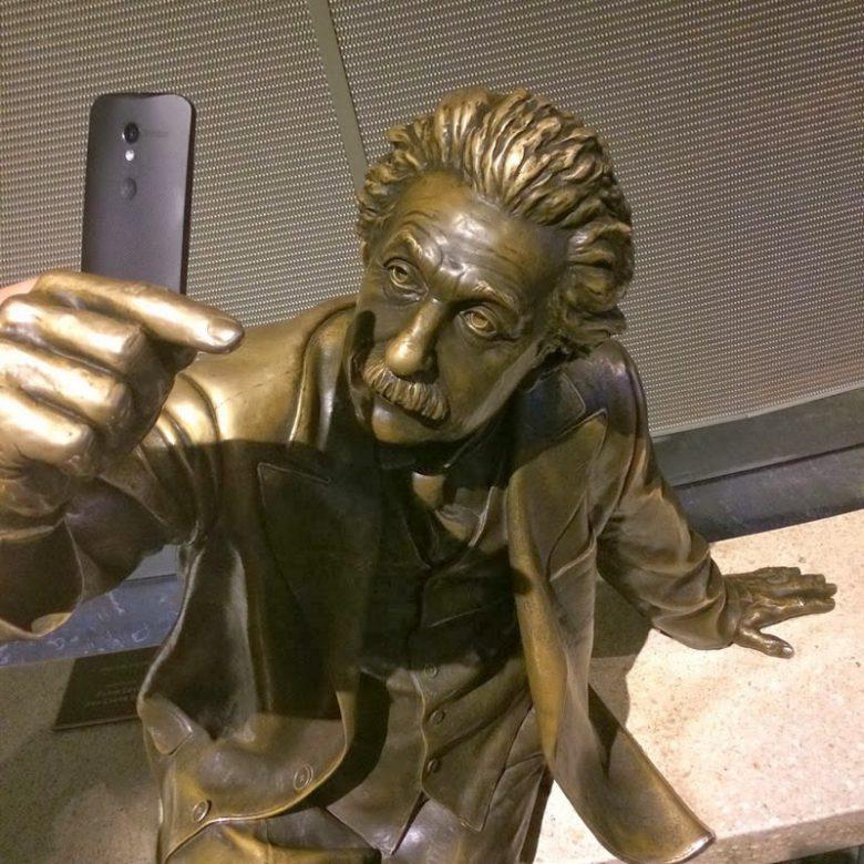 【自撮りと銅像おもしろ画像】自撮りするアインシュタインの銅像(笑)