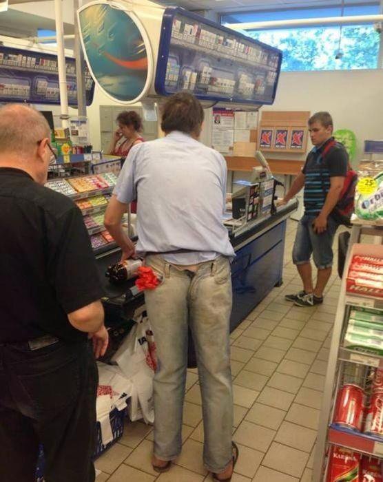 海外のお店で見かけたジーンズを反対に履く人(笑)