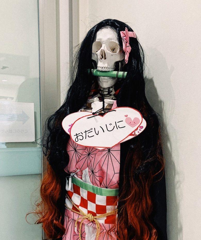 【鬼滅の刃おもしろ画像】整形外科の入り口にあった禰豆子の骸骨模型が怖い(笑)