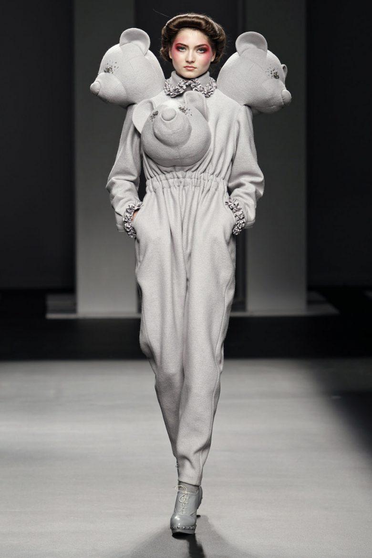 【ファッションショーおもしろ画像】立体的なクマがデザインされた奇抜なファッション(笑)