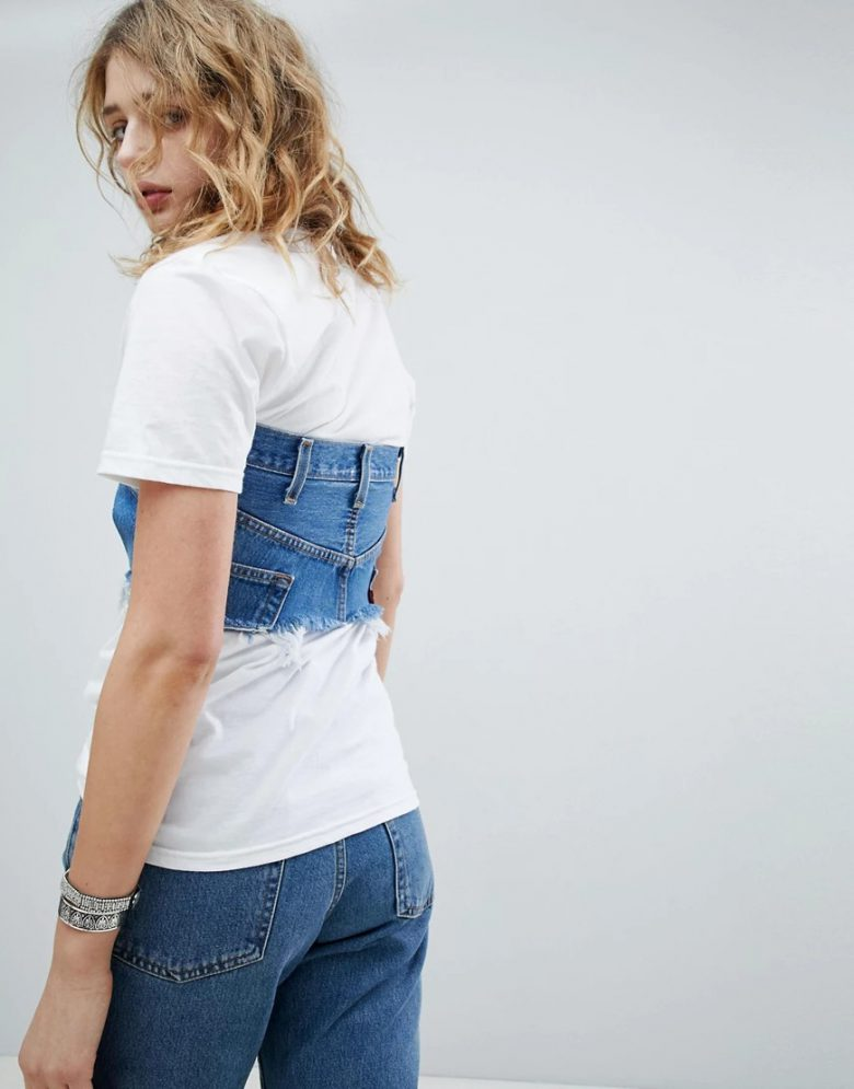 Tシャツの上にジーンズを着るビスチェというダサいファッション(笑)