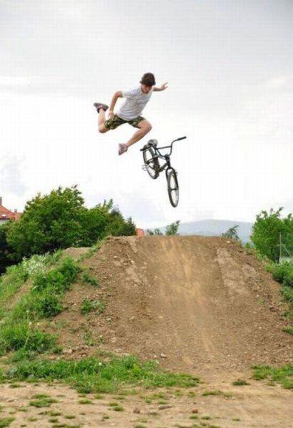 自転車でジャンプ台からジャンプした瞬間!