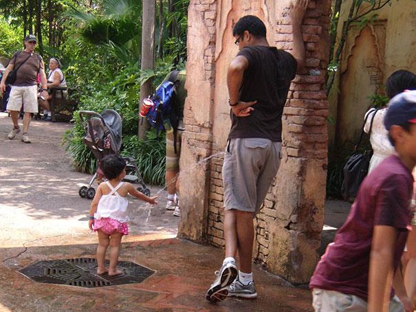 用を足すお父さんと手を洗う子ども(笑)