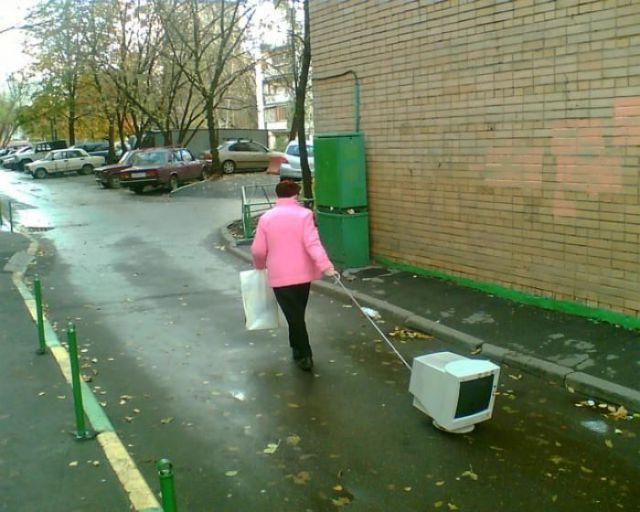 パソコンモニターを引っ張って歩く人(笑)