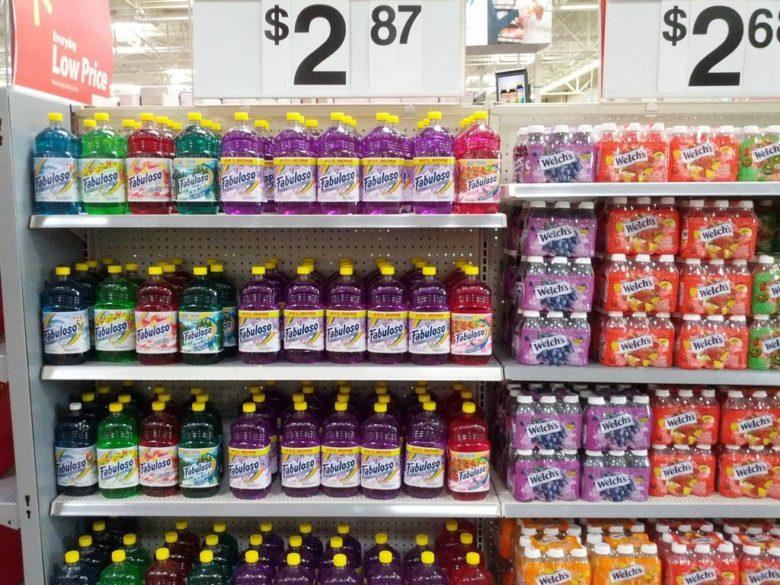 掃除用洗剤とジュースを並べて配置するウォルマート(笑)