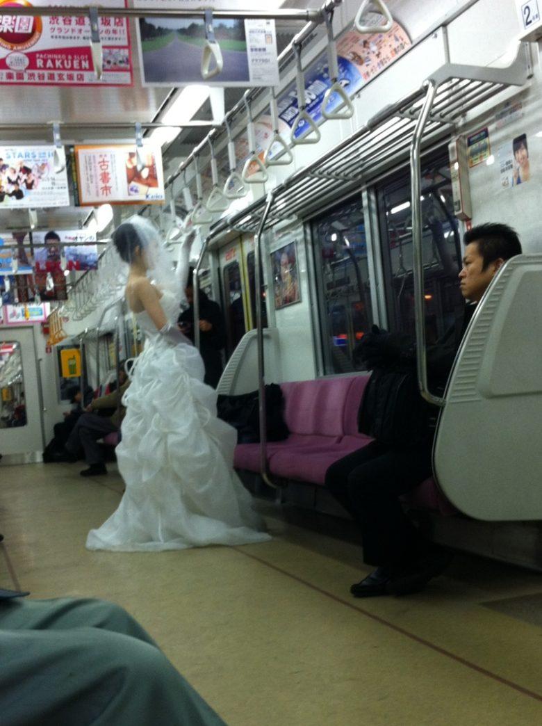ウェディングドレス姿で電車に乗る人(笑)