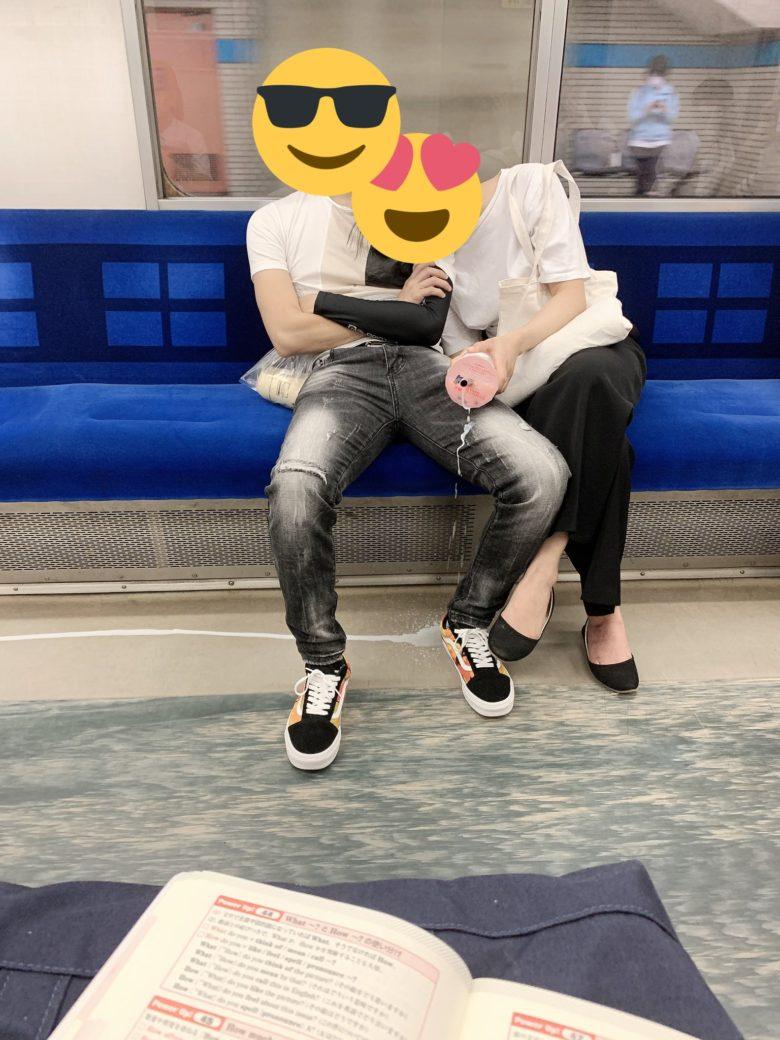 【電車内のカップルおもしろ画像】電車内で熟睡するカップルを襲ったタピオカの悲劇(笑)