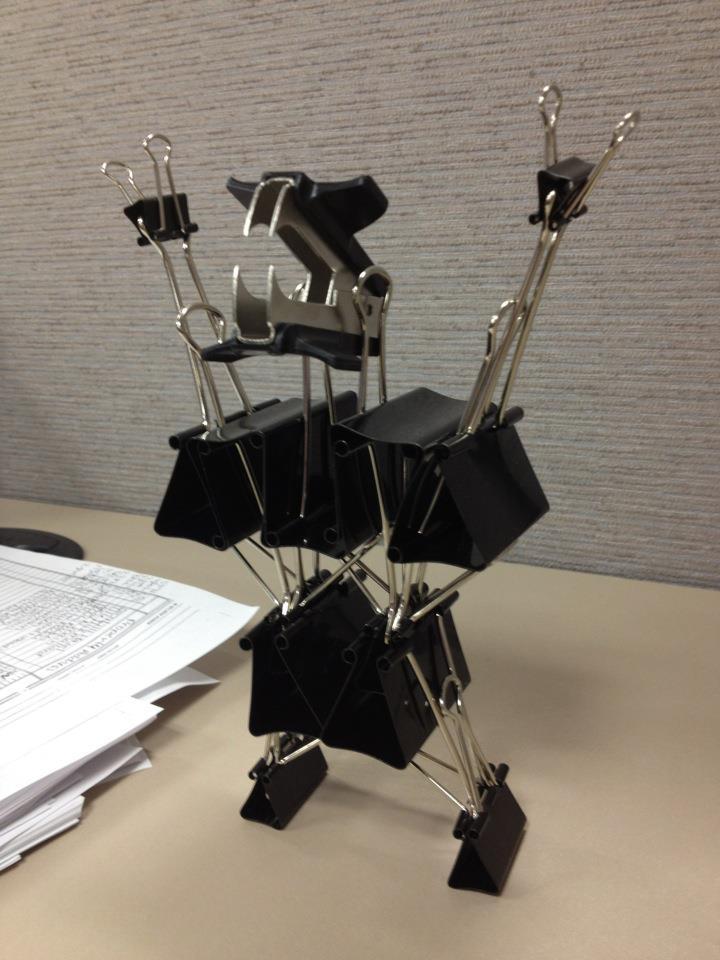 オフィスでクリップで作った恐竜アート(笑)