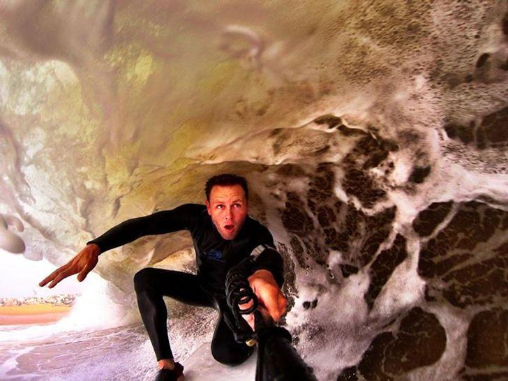 【サーファー自撮りおもしろ画像】サーファーが撮影した波にのまれそうな自撮り(笑)