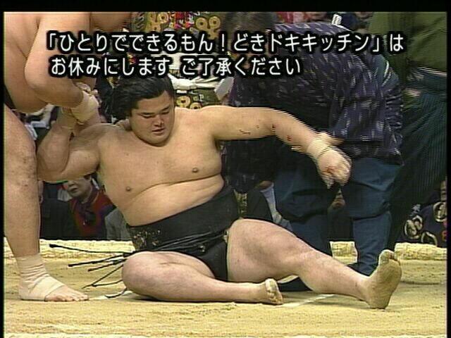 【テレビテロップおもしろ画像】倒れた力士を起こそうとする映像と一致したテロップ(笑)