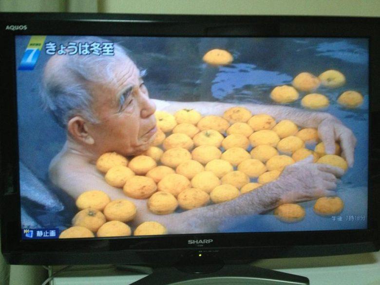 【冬至おもしろ画像】冬至のゆず湯でゆずを独り占めするおじいちゃん(笑)