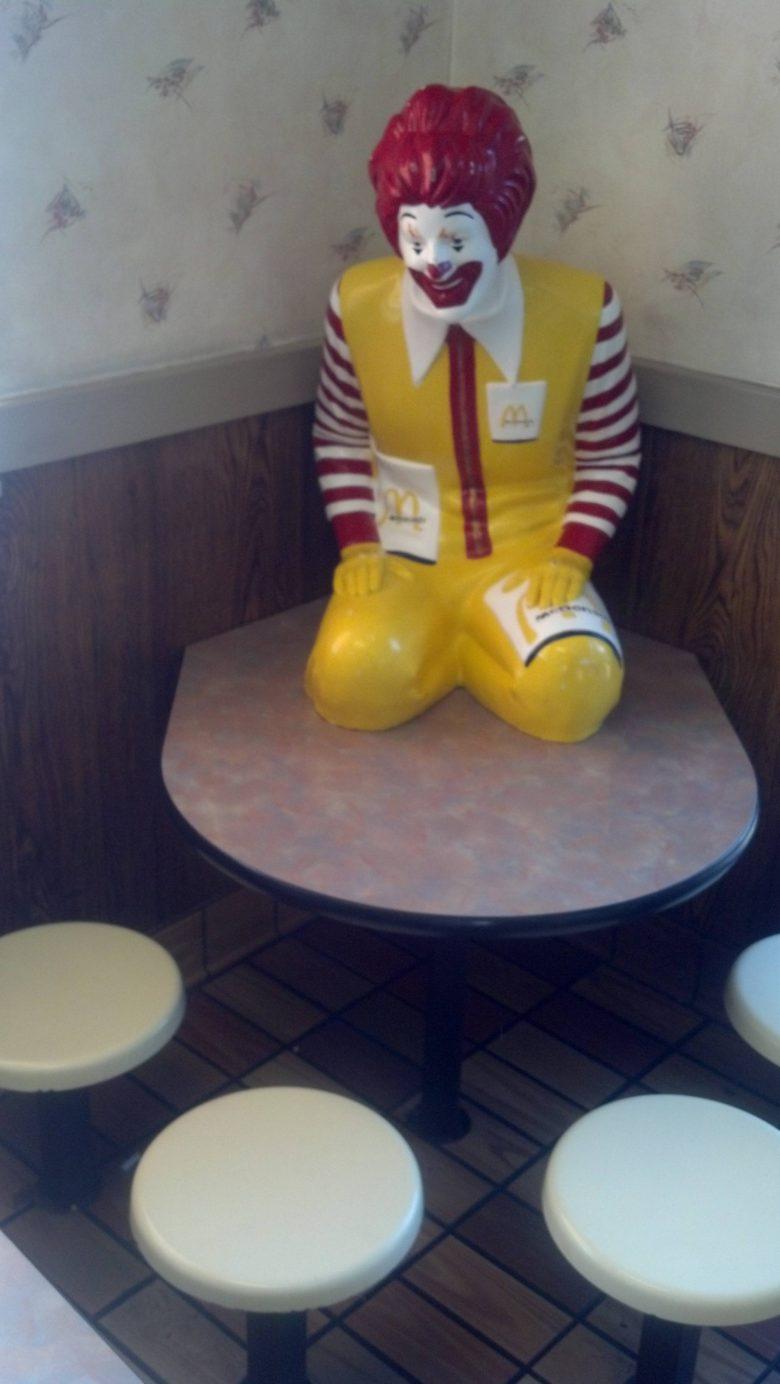 マックのドナルドに見つめられてる座りたくないテーブル(笑)