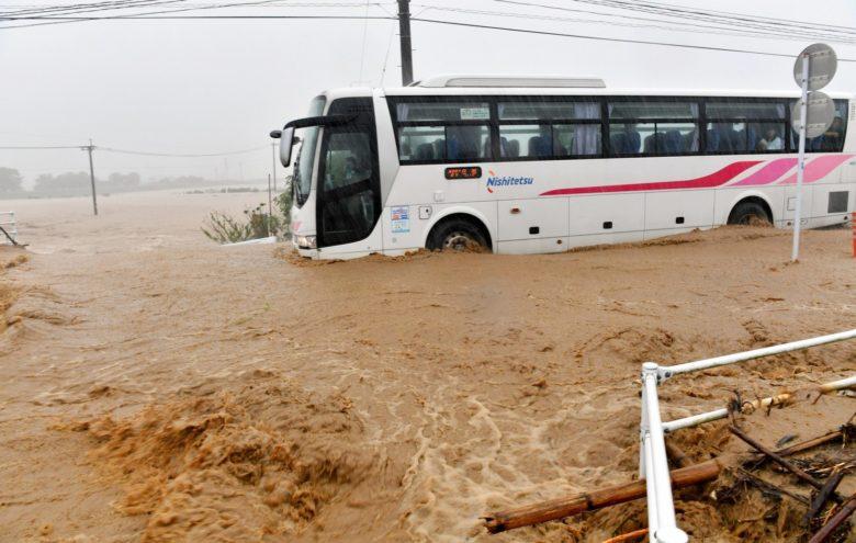 九州豪雨で冠水した道路を突き進む西鉄バス!