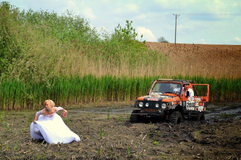 【結婚式おもしろ画像】ウェディングドレス姿で自動車を引っ張る花嫁(笑)