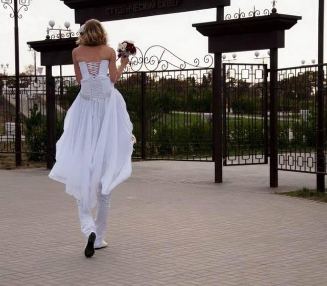 【結婚おもしろ画像】新郎に肩車されて背が高く見える花嫁(笑)